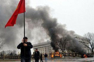 В Бишкеке оппозиция захватила парламент и штурмует Кабмин