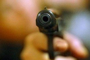 """На Виннитчине учитель """"воспитывал"""" ученика под дулом пистолета"""