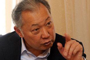 Президент Киргизии отдал власть в стране оппозиции