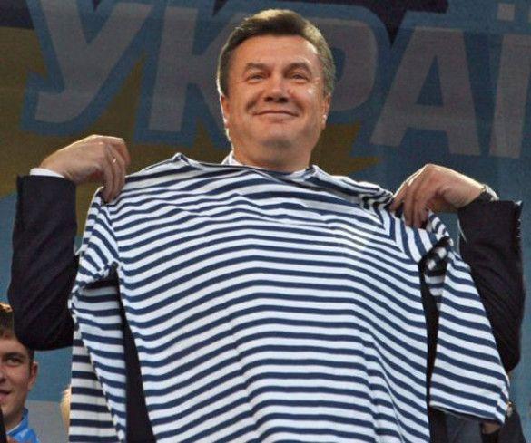 Віктор Янукович приміряє тільняшку