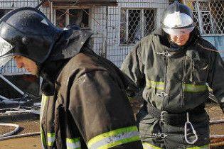 В Запорожье спасатели сняли с козырька 9-этажного дома спящего мужчину