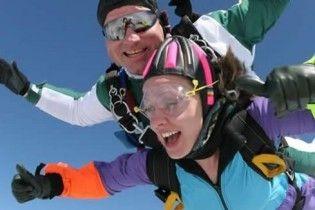 Общение с красивой женщиной для мужчины - стресс, подобный прыжку с парашютом