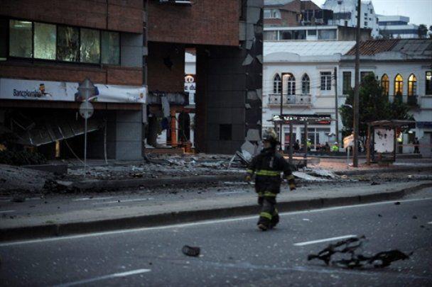 В Боготе прогремел мощный взрыв: потолок упал на журналиста прямо в эфире