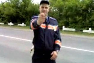 ДАІ звільнила інспектора, дулю якого побачила вся Україна
