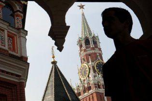 Під стінами Кремля жінка з дітьми замкнулася у машині і вимагає зустрічі з Мєдвєдєвим