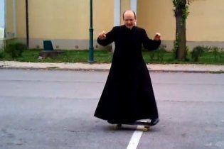 Угорський священик на скейті став зіркою YouTube