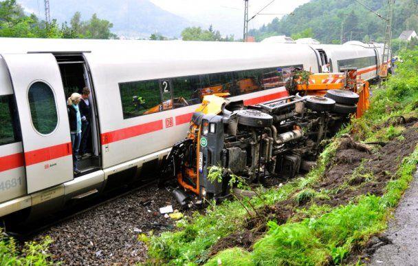 В Германии поезд врезался в мусоровоз