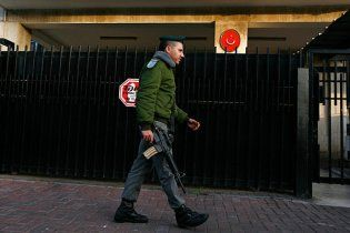 Голий чоловік напав на турецьке посольство в Тель-Авіві