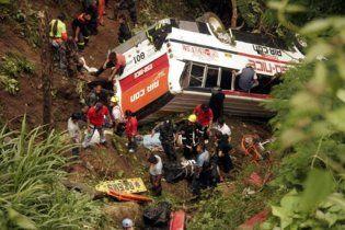 На Филиппинах автобус упал в пропасть, 35 человек погибли