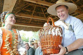 Янукович на ярмарку придбав дві вишиванки і діжку для огірків