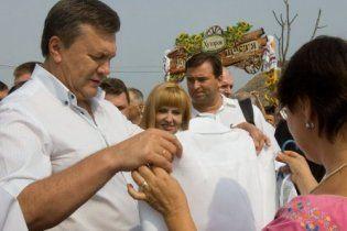 На Сорочинской ярмарке Янукович потратил ползарплаты