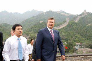 Янукович зачарувався китайською стіною і полетів у Гонконг