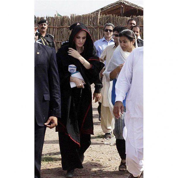 Джоли поехала учить беженцев в Афганистан