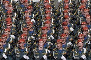 У Росії автомобіль врізався в колону військових: є жертви