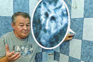 На кахлі у ванній кімнаті угорської родини проявився образ диявола