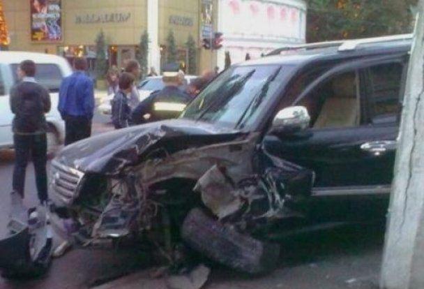 В Одессе пьяный мажор на джипе сбил женщину на тротуаре