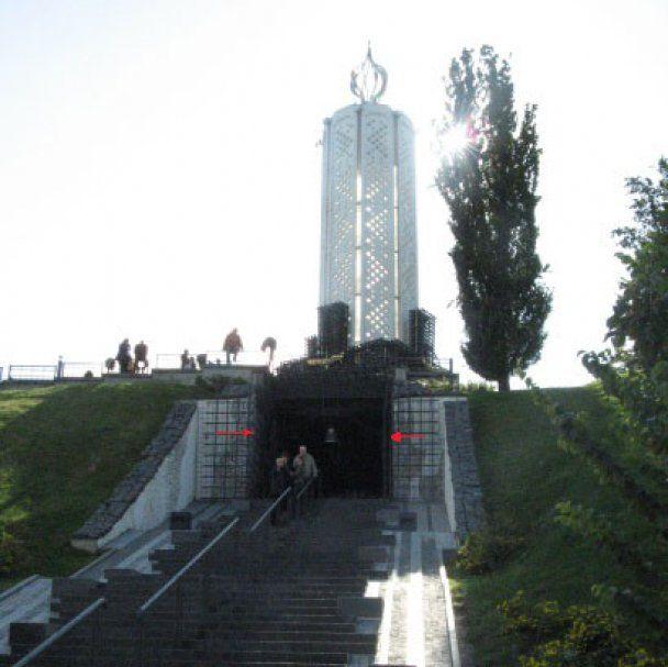 В Киеве потрескался Мемориал жертв Голодомора