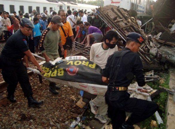 Зіткнення потягів в Індонезії_1