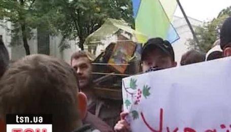 Раду окружили защитники украинского языка