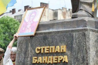 Львовские регионалы возложили цветы к памятнику Бандере