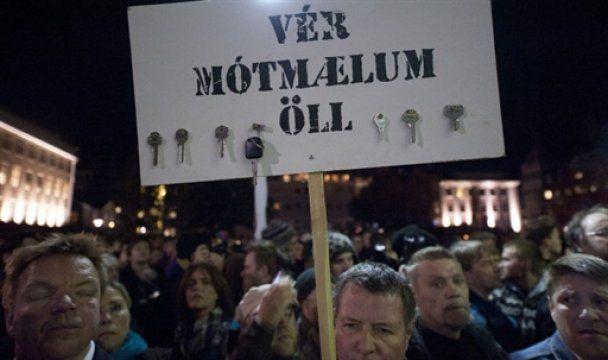 В Исландии парламент забросали яйцами