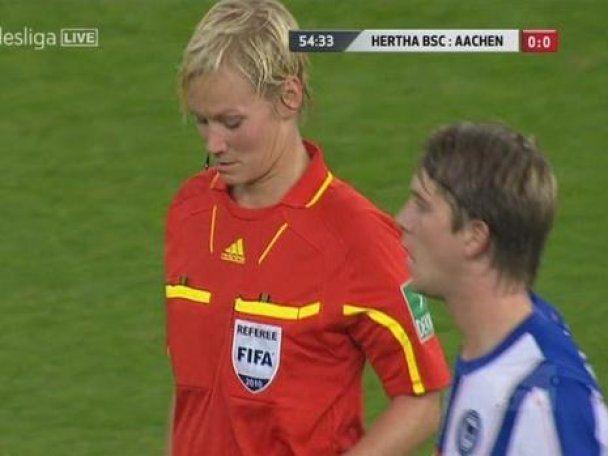 Футболіст помацав суддю на футбольному полі (відео)