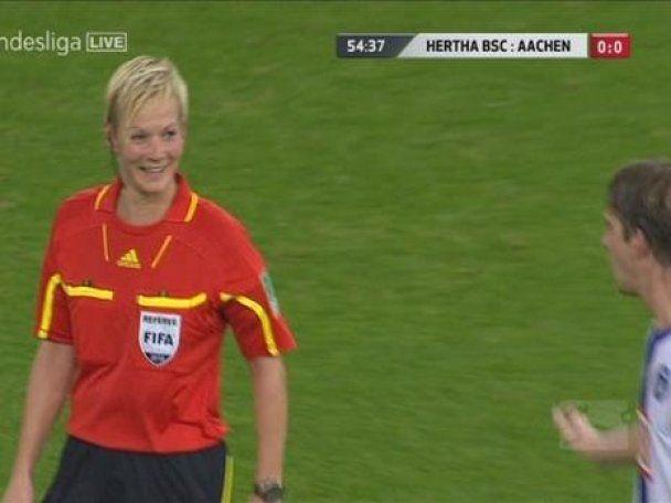 Футболист пощупал судью на футбольном поле (видео)
