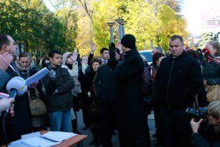 """Керівництво """"Київміськбуду"""" провело альтернативні збори акціонерів на вулиці"""