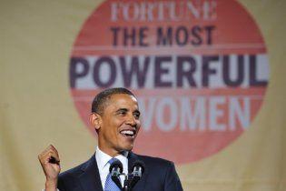 Обама оконфузился перед женщинами: у него упала эмблема