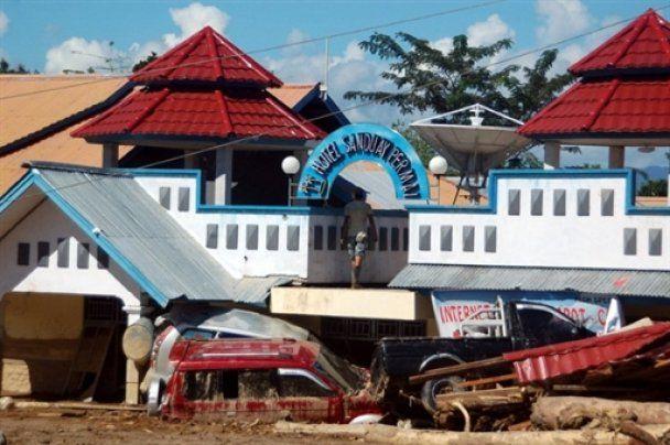 В Индонезии озеро вышло из берегов и накрыло город: около тысячи пострадавших