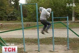 В Донецке во время подтягиваний на турнике умер 11-классник