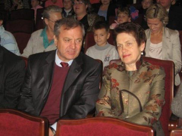 "Донецкий губернатор подарил жене Януковича картину ""с народом"""