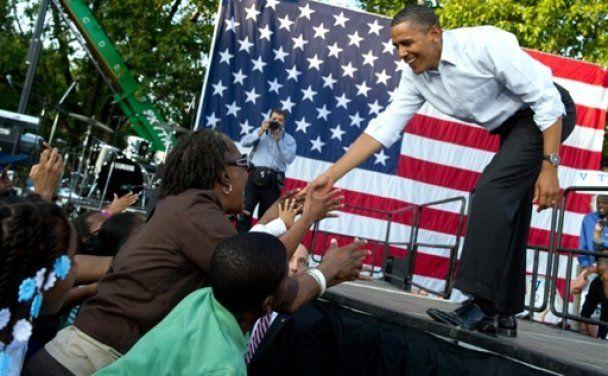 В Обаму жбурнули книжкою, а на його виступі з'явився голий чоловік