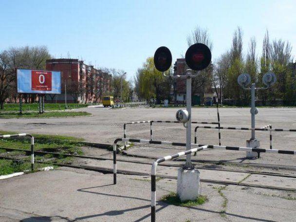 Жительница Марганца чудом не попала на маршрутку, которую переехал поезд