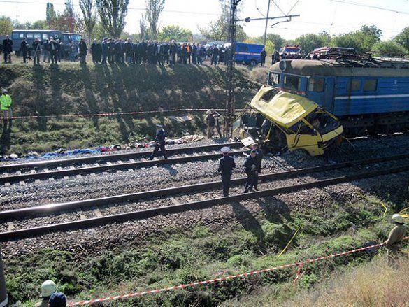 Потяг зіткнувся з автобусом на Дніпропетровщині_2