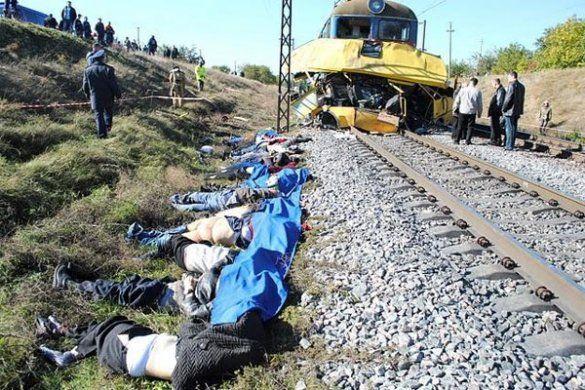 Потяг зіткнувся з автобусом на Дніпропетровщині_11