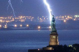 Фотограф зняв пряме попадання блискавки у статую Свободи