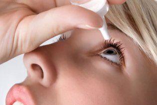 Жінка переплутала очні краплі з суперклеєм