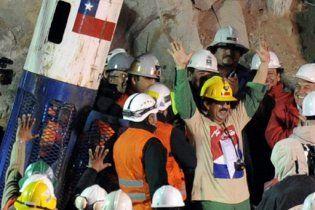 З чилійської шахти підняли половину гірників