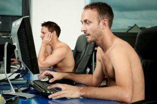 Голый мужчина зашел в чужой офис, чтобы посмотреть порнографию