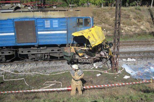 Потяг зіткнувся з автобусом на Дніпропетровщині_4