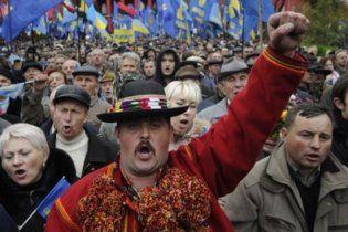 В центр Львова вышли тысячи учителей с флагами УПА