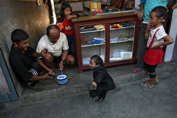 Самый маленький в мире человек отметил совершеннолетие