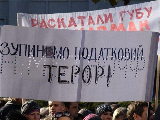 Полтавські підприємці послали Азарову доїльний апарат