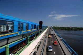 У вагоні потяга київського метро невідомий розтрощив вікно