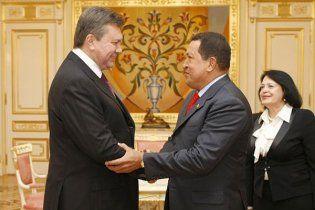 Чавес запропонував Януковичу стрибнути з парашутом