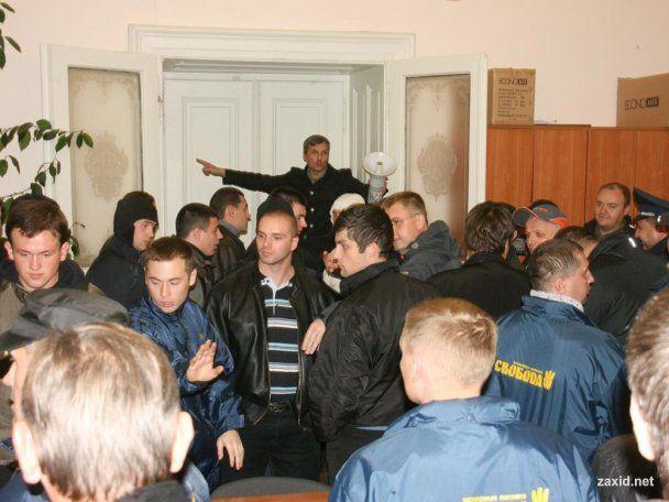 У Львові люди Тягнибока захопили тервиборчком