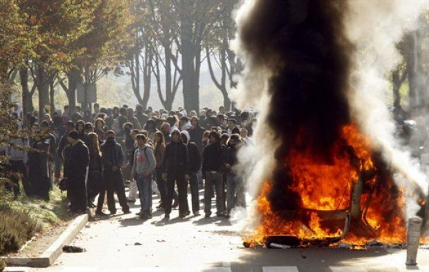 Франция охвачена молодежными беспорядками: 300 лицеистов задержаны
