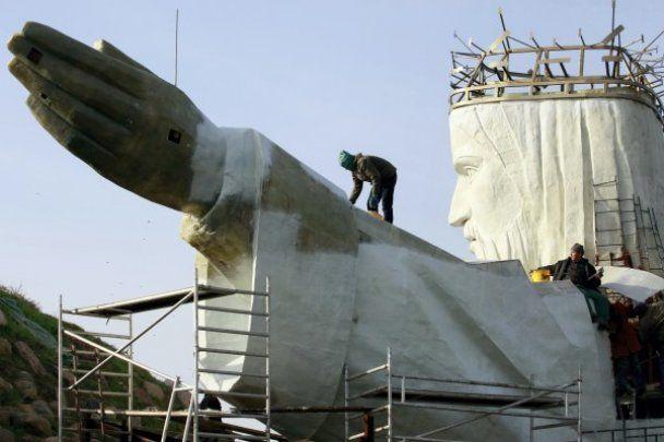 В Польше завершается строительство 33-метровой статуи Христа