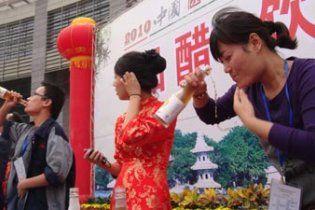 У Китаї пройшов конкурс з поглинання оцту